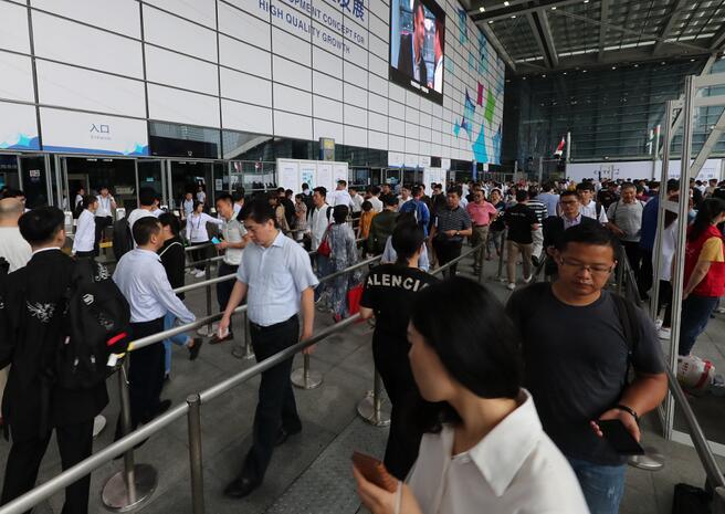 高交会现场排队购票和入场的观众